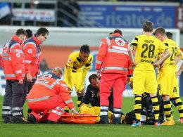 Besorgte Gesichter: Marco Reus wird auf dem Platz behandelt und anschließend vom Feld getragen.