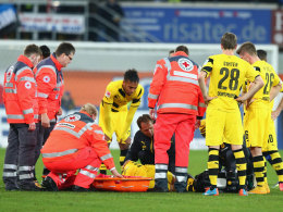 Besorgte Gesichter: Marco Reus wird auf dem Platz behandelt und anschlie�end vom Feld getragen.