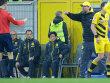 Redebedarf: BVB-Trainer J�rgen Klopp beschwert sich bei Schiedsrichter Wolfgang Stark.