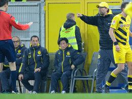 Redebedarf: BVB-Trainer Jürgen Klopp beschwert sich bei Schiedsrichter Wolfgang Stark.