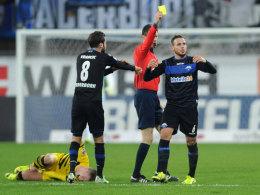 Marvin Bakalorz (r.) kassiert nach seinem Foul an Marco Reus (l.) Gelb