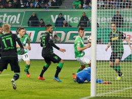 Knoche (2. v. re.) schaltet am schnellsten und markiert das 1:0 für Wolfsburg.