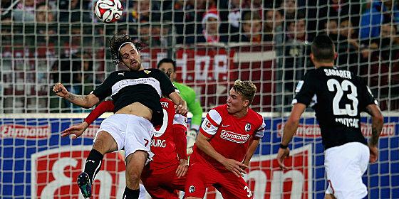 VfB-Torsch�tze Martin Harnik (re.) gegen Freiburg Felix Klaus