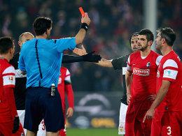 Das Ende eines schwarzen Tages für Stefan Mitrovic: Die Rote Karte durch Schiedsrichter Manuel Gräfe.