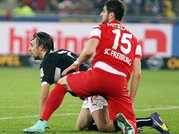 Stefan Mitrovic (re.) gegen Stuttgarts Martin Harnik.