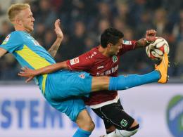 """""""Ich bin kein Kind von Traurigkeit"""": Kölns Kevin Vogt, hier links gegen Hannovers Bittencourt, trifft auf Augsburg."""