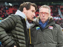 Noch immer im Wartestand: Kölns Angreifer Patrick Helmes, hier im Gespräch mit Trainer Peter Stöger (re.).