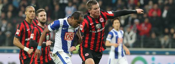 Ronny im Zweikampf gegen Frankfurts Alexander Madlung