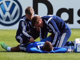 Oberschenkelverletzung: Schalkes Dennis Aogo wird auf dem Platz verarztet.