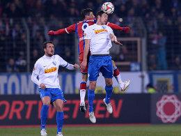 Luftduell: Bayerns Robert Lewandowski gegen Anthony Losilla (vorne).