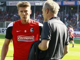 Christian Streich (re.) und der gelernte Mittelfeldmann Mike Frantz, der gegen Frankfurt den Vorzug vor Nils Petersen bekommen k�nnte.