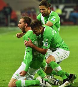 Wolfsburgs Doppeltorsch�tze Dost jubelt.