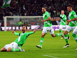 Wolfsburgs Doppeltorschütze Dost jubelt.