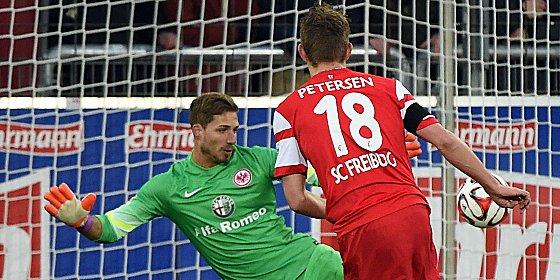 Dreimal zugeschlagen: Nils Petersen gelang bei seinem Deb�t f�r Freiburg ein Hattrick.