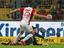 Bobadilla staubt zum 1:0 für Augsburg in Dortmund ab.