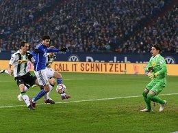 Einen Schritt voraus: Barnetta erzielt das 1:0, das Schalke an Gladbach vorbeiziehen lässt.