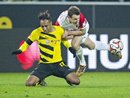 Fataler Griff in der 63. Minute: Christoph Janker reißt Aubameyang zu Boden.