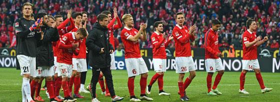 Geschlossene Leistung: Die Mainzer jubeln nach dem Derby gegen Frankfurt.