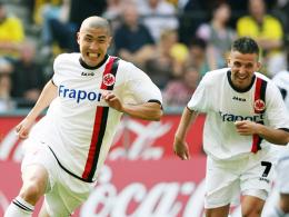 Torjubel im Eintracht-Dress: Du-Ri Cha spielte drei Jahre für Frankfurt. Rechts Benjamin Köhler.
