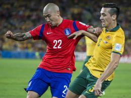 Asien-Cup-Finalist: Du-Ri Cha unterlag mit Südkorea gegen Australien und Jason Davidson (re.).