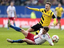 Schmerzhaft: Hamburgs Nicolai Müller grätscht Marco Reus ab (oben).