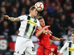 Kopfballstark: Mönchengladbachs André Hahn, hier Sieger im Duell mit Leverkusens Lars Bender.
