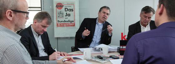 Gesprächsrunde beim kicker: Andreas Rettig (Mitte) im Rahmen des Redaktionsbesuchs.