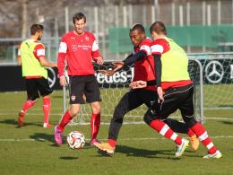 Eins-gegen-eins: VfB-Coach Huub Stevens ließ Zweikämpfe und Torabschlüsse üben.