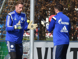 Klein anfangen: Schalke-Keeper Ralf Fährmann am Dienstag bei Koordinationsübungen mit dem Tennisball.