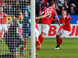 Der Mainzer Bungert jubelt nach seinem 1:0 gegen Wolfsburg.