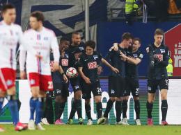 Gefeierter Matchwinner: Die Berliner bejubeln Torschütze Langkamp (3.v.r.).