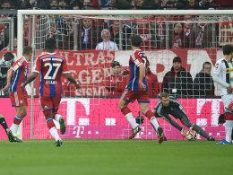 Fataler Fehlgriff: Bayern-Keeper lässt den Ball durchrutschen zum 0:1 gegen Gladbach.