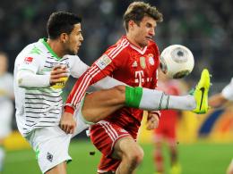 Hat schon heiße Duelle mit den Bayern gefochten: Gladbachs Alvaro Dominguez, hier links gegen Thomas Müller.
