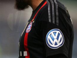 Das VW-Emblem auf einem Bayern-Trikot