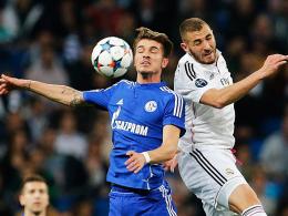 Ziel Champions League: Roman Neust�dter will mit Schalke auch 2015/16 Duelle wie gegen Real Madrids Benzema (re.).