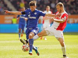 Augsburgs Klavan bedrängt Schalkes Huntelaar.