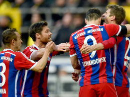 Torschütze Lewandowski freut sich still, Müller schreit die Freude über das 1:0 heraus.