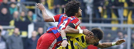 Intensives Duell: Dante gegen Pierre-Emerick Aubameyang (re.).