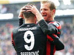 Erst der Jubel, dann die Ernüchterung: Frankfurts Stefan Aigner feiert hier seinen Treffer mit Teamkollege Seferovic (li.).