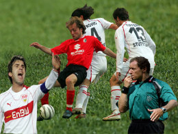Zvonimir Soldo (li.), Alexander Iashvili im Duell mit Boris Zivkovic und Christian Tiffert sowie Schiedsrichter Hellmut Krug (re.)