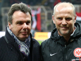Stärkt Trainer Thomas Schaaf (re.) den Rücken: Frankfurts Vorstandschef Heribert Bruchhagen (li.).