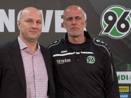 Dirk Dufner (li.) und Michael Frontzeck bei der Vorstellung des Trainers im April