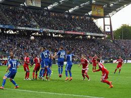Ärgernis für Karlsruhe: Der unberechtigte Freistoß für den HSV, den Diaz zum 1:1 nutzte.