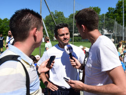 Dirk Schuster (Mitte) u.a. mit kicker-Redakteur Julian Franzke (l.)