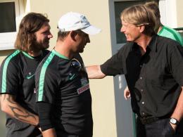 Wiedersehen: Der Ex-Bremer Wolfgang Sidka (re.) mit Werders Co-Trainer Torsten Frings (li.) und Chefcoach Viktor Skripnik.
