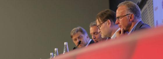 Karl-Heinz Rummenigge (r.) am Donnerstag auf der Pressekonferenz in München