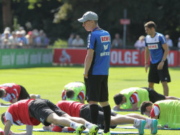 Beäugt das Trainer und grübelt über seine Abwehrformation fürs Testspiel: FC-Coach Peter Stöger.