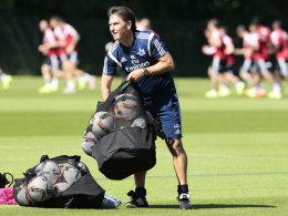 Zusammenpacken für die Rückkehr nach Deutschland: HSV-Coach Bruno Labbadia.