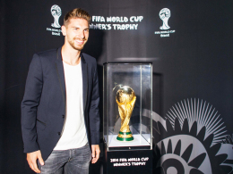 "Weltmeister mit WM-Pokal: Hannovers Torhüter Ron-Robert Zieler bei der ""WM-Trophy-Tour"" in Barsinghausen."