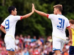 Siebenmaliger Torschütze: Der Mainzer Neuzugang Floria Niederlechner, hier rechts mit Teamkollege Yoshinori Muto.